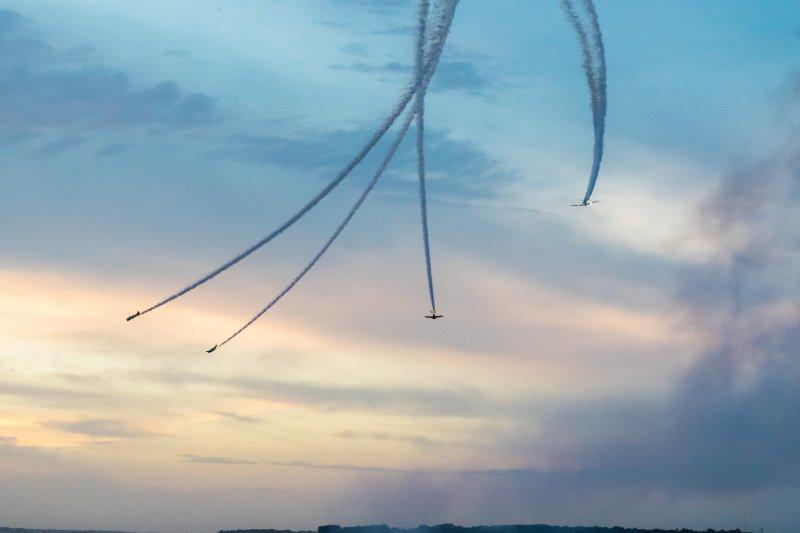 飞机划过天空摄影图 高清背景图片 壁纸
