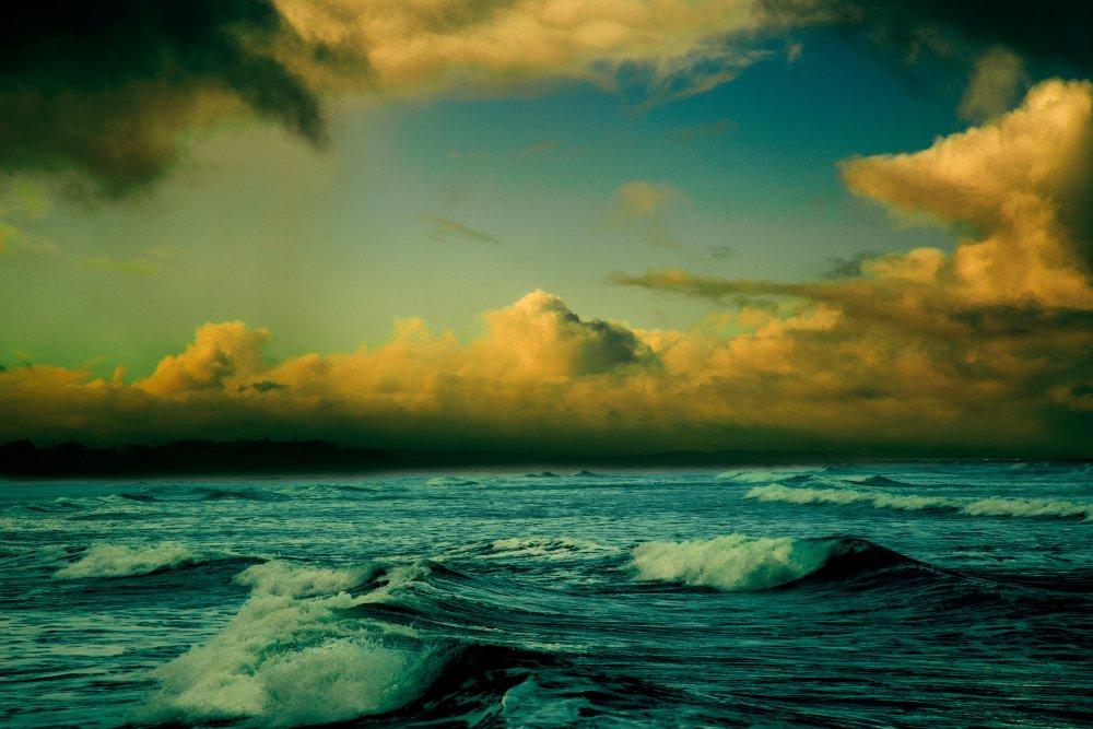 背景 自然图片 自然风景 云层下的海浪摄影图 高清背景图片 壁纸