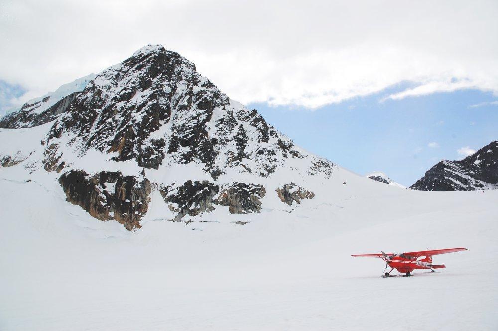 背景 自然图片 自然风景 雪山山顶的飞机摄影图 高清背景图片 壁纸
