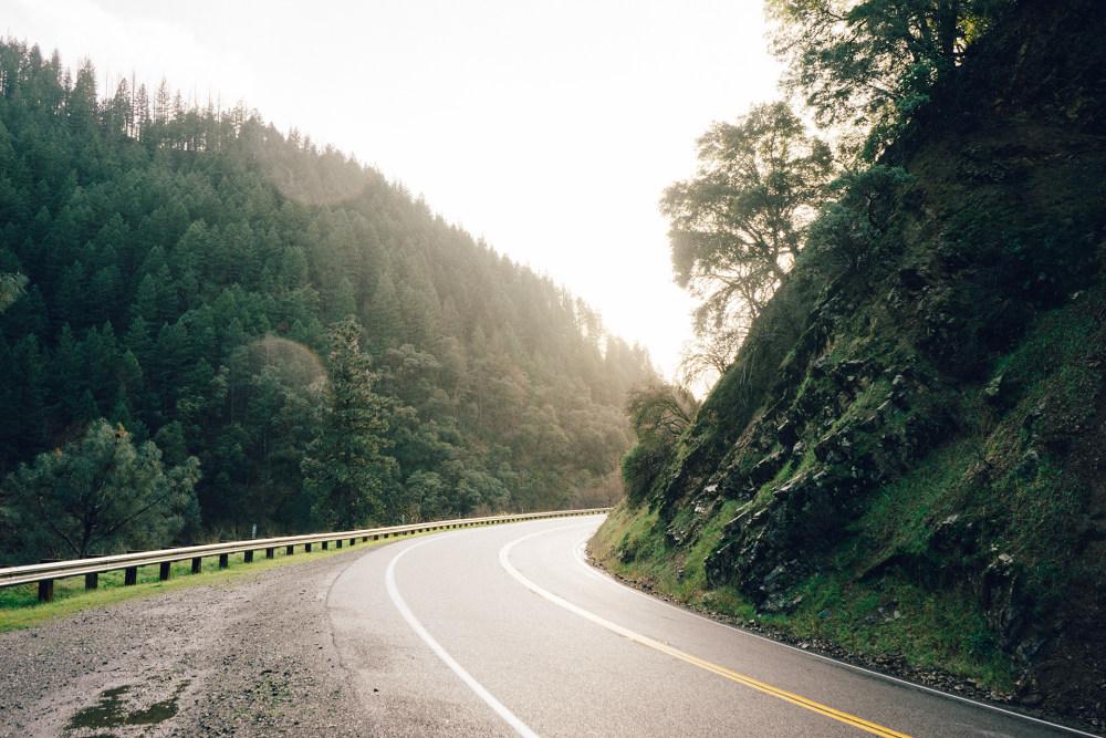 背景 自然图片 自然风景 山上的公路摄影图 高清背景图片 壁纸 大自然