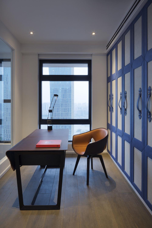 蓝色顶层复式公寓 工业风格住宅公寓空间室内装饰装修