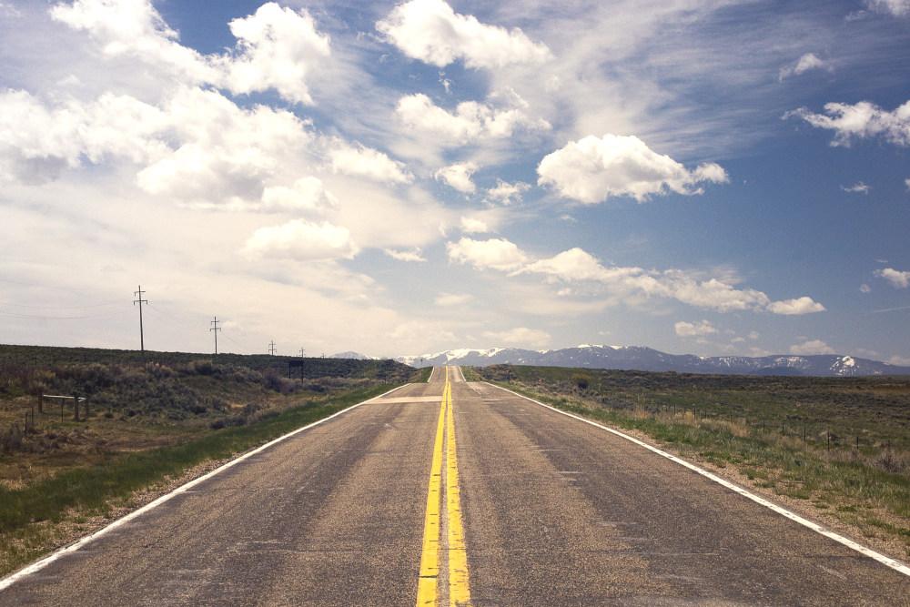 天空与平野的公路高清自然风景摄影图