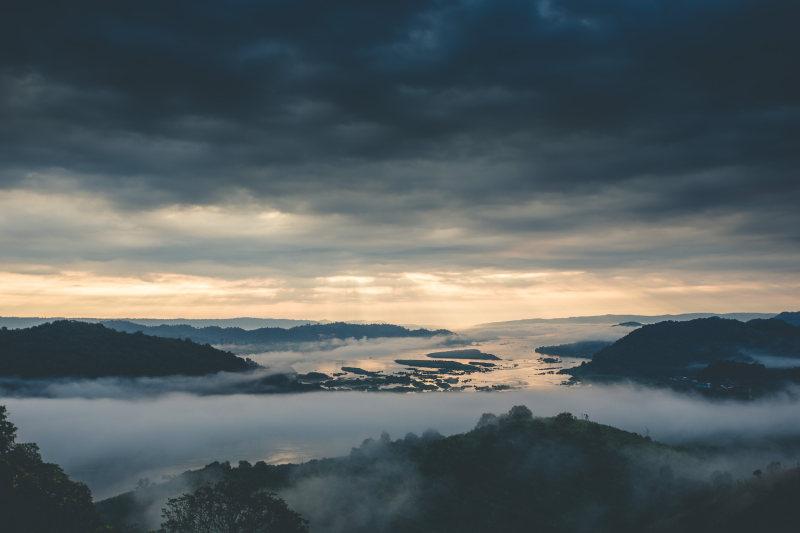 阴云下云雾缭绕的群山 高清自然风景背景摄影图 壁纸