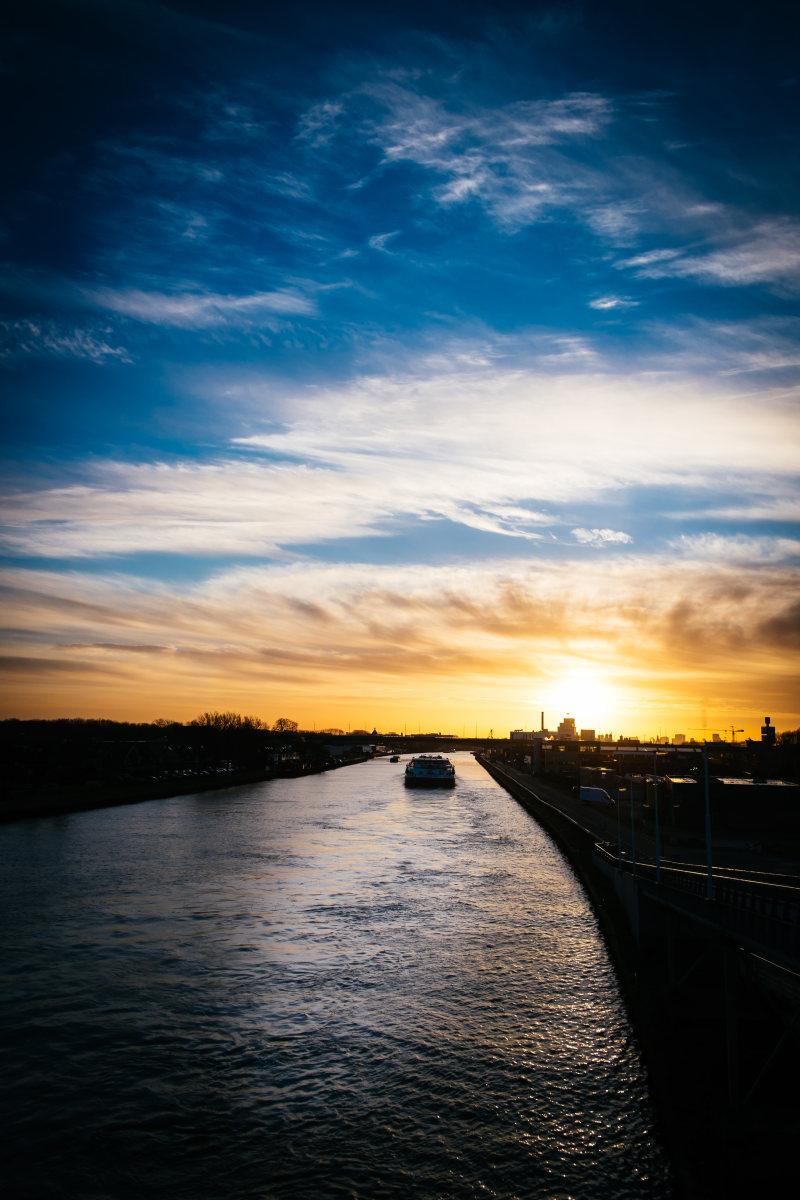 夕阳下的河道 高清自然风景背景摄影图 壁纸