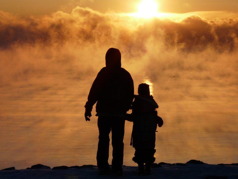 昏黄夕阳下的父女背影 高清人物摄影图 壁纸